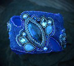 bracelet-pastille bleue broderie bracelet-manchette par suzidesign