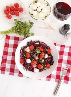 Spaghetti di verdure.  Avete mai assaggiato gli spaghetti di verdure? Si tratta di una versione molto originale del classico piatto di pasta che in realtà, per via degli ingredienti utilizzati, assomiglia molto di più ad un'insalata. Potrete preparare gli spaghetti di verdure più semplici - ma anche noodles o tagliatelle di verdure - a partire da ortaggi come le carote e le zucchine. La vostra tavola si arricchirà di piatti originali e prelibati. Potrete servire gli spaghetti di verdure come…