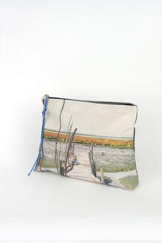 bolso de mano pouch en algodón hecho en España, foto tomada en Portugal.