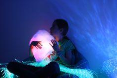 Un coussin tout doux mais aussi lumineux, cela vous dit?  Il a vraiment sa place dans une chambre sensorielle !