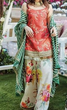Mayun/ dholki or mehndi outfit inspo for guests ( designer is Sabyasachi) Shadi Dresses, Pakistani Formal Dresses, Pakistani Wedding Outfits, Pakistani Dress Design, Indian Dresses, Indian Outfits, Indian Attire, Sangeet Outfit, Mehndi Outfit