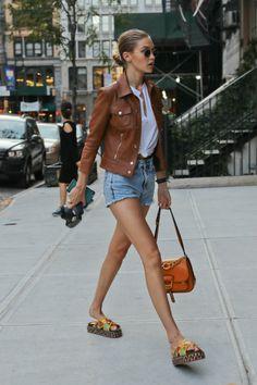 Tee-shirt blanc décolleté plongeant + short en jeans clair + blouson en cuir fauve + sandales