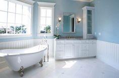 murs en bleu clair et blanc dans la salle de bains élégante
