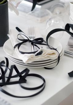 Black ribbon for your black and white wedding White Table Settings, Wedding Table Settings, Place Settings, Deco Buffet, Deco Table, Black White Parties, Black And White, White Cottage, Black Ribbon