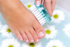 Scrub your feet. - 40 Life-Changing Ways to Use Epsom Salt in Your Everyday Life Salt Face Scrub, Sugar Scrub For Face, Face Scrub Homemade, Homemade Skin Care, Epsom Salt For Hair, Salt Hair, Diy Foot Soak, Foot Soaks, Dry Skin On Face
