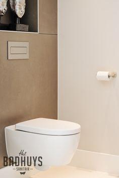 Toilet bekleed met kiezels en 30 x 60 wit gerectificeerde tegels toilet renovatie - Eigentijdse badkamer grijs ...
