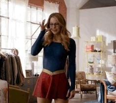 Fun reasons to wear glasses So that you can be a different person when you take off your glasses Mellisa Benoist, Supergirl Superman, Kara Danvers Supergirl, Image Fun, Girl Memes, Orange Is The New Black, The Cw, Cute Faces, Celebrities