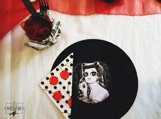 Wieczór panieński w klimatach rockabilly - połączenia kobiecych lat '50, stylu pin-up i rock'n'rolla. Dekoracja stołu - płyty winylowe ze specjalnie przygotowanymi grafikami i sztućce w słoikach owinięte bandaną. / '50, pin-up, rock, rockabilly, party, Bachelorette party, girls, night, ideas, decoration, red, black, blue, stars,  vinyl, records, decorations, graphic, mason jar,  ideas, polka dots, napkins, cheers.