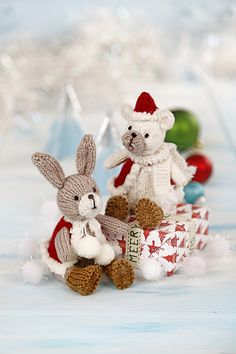 This is the knitting pattern to make bear and bunny in Christmas outfits. All pieces are knitted flat and sewn up at the end. Animal Knitting Patterns, Christmas Knitting, Crochet Christmas, Knitted Animals, Knitting Magazine, Stuffed Toys Patterns, Crochet Dolls, Christmas Ornaments, Christmas Patterns