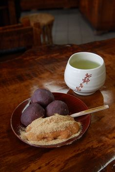 Mochi made with millet and green tea. Japanese Sweets, Japanese Food, Cute Food, Yummy Food, Japan Dessert, Asian Desserts, Exotic Food, Confectionery, Food And Drink
