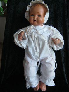 Sehr-alte-Puppe-Junge-Strampelchen-von-Schildkroet-in-Groesse-48-alte-Kleidung