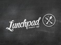 Logo compuesto: nombre (Lunchpad), claim (creative café) y símbolo. Podría servirnos algo así, donde a veces usáramos sólo el símbolo, o sólo el nombre, o nombre + símbolo. El apellido, en contadas ocasiones.