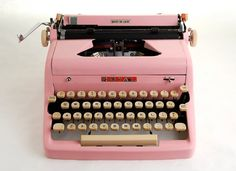 Pink Typewriter, Royal Quiet De Luxe, 1950s invoices would be soo much more fun to type.