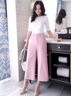 """Culottes đang trở thành từ hot trong xu hướng thời trang 2016 không chỉ là một phong cách dạo phố mà nó đã """"len lỏi"""" vào những set đồ công sở. Với thiết kế ống rộng đầy cá tính, kiểu quần này không chỉ tạo cho bạn phong cách thời trang công sở mới lạ …"""