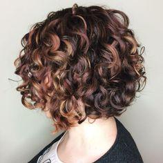Curly Burgundy Bob With Caramel Highligths Bob Haircut Curly, Angled Bob Hairstyles, Short Curly Haircuts, Short Wavy Hair, Curly Hair Cuts, Curly Hair Styles, Frizzy Hair, Pixie Haircuts, Medium Hairstyles