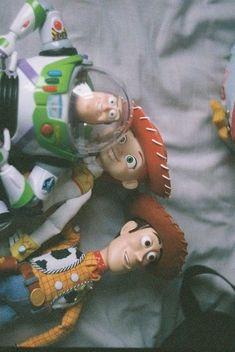 This photo breaks my heart. Toy Story WAS my childhood Cartoon Wallpaper, Disney Phone Wallpaper, Iphone Wallpaper, Disney Pixar, Disney Movies, Movie Wallpapers, Cute Wallpapers, Toy Story Movie, Whatsapp Wallpaper