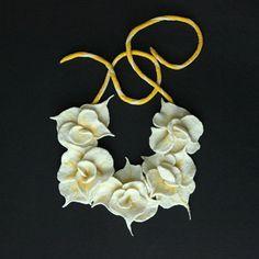 Flores de color amarillo blanco collar de Felted de collar de