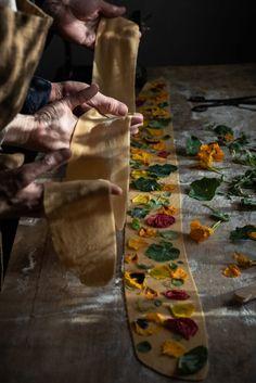A guide to making herb and edible flower Pasta - twigg studios Pasta With Peas, Pistachio Pesto, Dandelion Recipes, Flower Food, Potato Skins, Homemade Pasta, Spring Recipes, Edible Flowers, Ravioli
