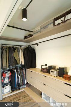 以車牙鐡管拼接的衣櫃吊桿,耐重實用,和工業風的天花設計,風格統一。