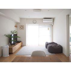 「 タイルカーペットを剥がして、イブルだけにしました。すっきり! 冬は寒そうなので、冬のことはまた冬に...」4LDK・家族・sb__0901のインテリア実例。 Minimalist House Design, Minimalist Interior, Minimalist Bedroom, Minimalist Home, New Living Room, Living Room Sofa, Living Room Decor, Japanese Living Rooms, Japanese Home Decor