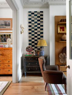 Most Georgian and Victorian terraced houses share this layout, a double reception room with alcoves either side of the chimney breasts. I am always intrigued to see how people use these recesses, whether it's floor-to-ceiling bookshelves, a reading nook, or even a place to tuck away the TV discreetly. Here, designer @hugh_leslie has used an antique ebonised chest of drawers and filled the rest of the space with a dramatic geometric wall hanging. It lends a contemporary edge to the room while..