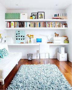 decoração de home office com mesa grande, decoração em brancom prateleiras com livros