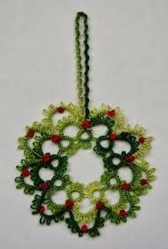 Nancy made a call to tat this Christmas Berry Wreath. It will make a nice motif on a Christmas card or if you tat it in a smaller thread. Shuttle Tatting Patterns, Needle Tatting Patterns, Crochet Christmas Wreath, Christmas Wreaths, Christmas Ornaments, Tatting Jewelry, Tatting Lace, Needle Tatting Tutorial, Tutorial Crochet