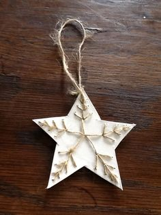 Borduren op papier, alvast een proefje voor kerst Christmas Ideas, Christmas Ornaments, Quilling Patterns, Symbols, Holiday Decor, Christmas Jewelry, Quilling Art, Christmas Decorations, Christmas Decor