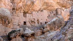 Découverte dans le djebel Siroua d'un magnifique agadir de falaise : Agadir… Tangier Morocco, Canary Islands, Beautiful Paintings, Geology, Mount Rushmore, Sailing, Places To Visit, Mountains, Travel