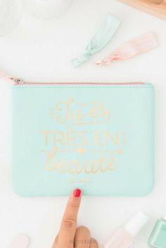 Tu es très en beauté, une petite trousse à cosmétiques  imaginée par Mr Wonderful pour ranger dans son sac à main les essentiels beauté pour une retouche make-up de dernière minute ! La trousse beauté est disponible sur la boutique en ligne de Bonjour Bibiche. Happy Shopping ! #pochette #beauté #mint #mrwonderful #cadeauanniversaire #cadeaufille #cadeaupourelle #cadeauoriginal #cadeauidee #bonjourbibiche