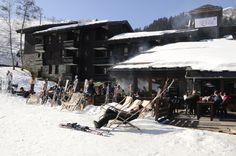 . Valmorel la belle . Avec ses chalets aux traditionnels toits de lauze, Valmorel la Belle est l'une des stations les plus typiques de la Savoie. Une forêt de sapins pour cadre enchanteur, une nature préservée et de la neige en quantité… Vous êtes au paradis. Et pour une relaxation totale, le sauna et la terrasse-solarium du Village Club vous attendent après le ski.