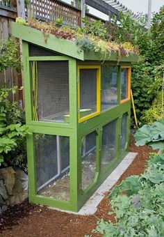 Here is another example of how to make the most out of your chicken coop or rabbit hutch. Not only does it have a living roof, but as it is also placed in a vegetable garden , you can reuse old straw, bedding and droppings as instant compost. What do you think?