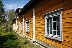 Talo on rakennettu hirsistä ja maalattu keltaiseksi.