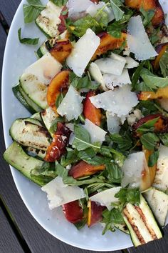 Summer salad with grilled squash, peach and manchego Wine Recipes, Real Food Recipes, Healthy Recipes, Grilled Squash, Good Food, Yummy Food, Foods To Eat, Summer Salads, Frisk