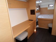 Lagoon 400 master berth & desk
