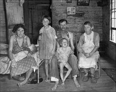 """walker_evans__sharecroppers_family_1935. Em 1935, aceitou o emprego que consolidaria sua identidade: convidado pelo governo dos EUA para fotografar uma comunidade de reassentamento do governo. Por esse trabalho, acabou tornando-se o """"especialista de informação"""" da Ressettlement Administration (RA), depois chamada de Farm Security Administration (FSA), uma instituição criada com o objetivo de combater a pobreza rural, uma das principais consequências da Grande Depressão."""