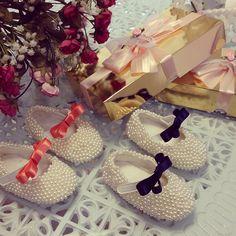#twins #gemeas #fofas #princesas #girl #baby #nenis #trend #dodia #moda #instamoda #perolas #handmade #feitoamao #mariatete #cute  O momento fofo de hoje é em dose dupla!! Princesas gêmeas com os sapatos combinando com os vestidos no primeiro aniversário! Equipe feliz em fazer parte dessa data tão especial!  #Padgram