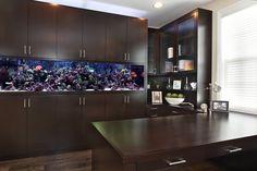 aquarium maison, meubles de cuisine en bois massif et sol en parquet contrecollé