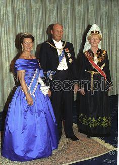 Reykjavik, ISLAND 19920907: Kongeparet besøker Island. Kong Harald, dronning Sonja (t.v.) og president Vigdis Finnbogadottir. Gallamiddag. Blå kjole, bunad. Foto: Lise Åserud, SCANPIX