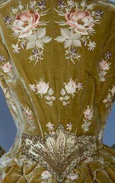 Detalhe para os motivos florais e bordados de um vestido de 1890!