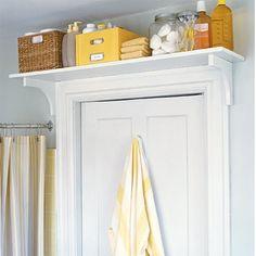 Para ahorrar espacio en tu baño, puedes aprovechar y colocar un tramo sobre la puerta que te podría servir para almacenar algunos objetos de uso no tan cotidianos.