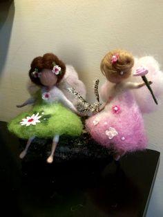 Puede ser el regalo para el nacimiento de un niño o un cumpleaños. Esto puede ser un adorno de Navidad o un regalo. Estos angelitos en rosa y verde vestido trae paz y seguridad.  El vestido y el pelo adornado con flores de seda y perlas.  La altura es 5, 5(14 cm).  El precio es 25 euros para un solo Ángel.
