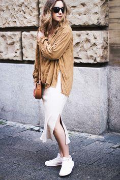 Eine Abwandlung des Layering Looks - Weite Blusen, Strickkleider und Sneaker.