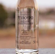 We all know the ouzo. The famous Greek drink which turns white if he put water or ice, and pleasantly drunk at all times. Greece History, Crete, Hospitality, Wines, Beverages, Drink, Bottle, Fun, Beverage
