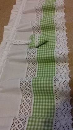 Kitchen Curtains, Drapes Curtains, Cortinas Country, Stool Covers, Shabby Chic Pink, Diy Sewing Projects, Curtain Designs, Home Room Design, Decoration Table