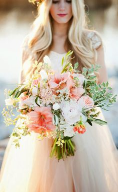 12 Stunning Wedding Bouquets with a peach wedding dress!