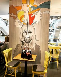 Always be the centre of attention! Always be the centre of attention! Always be the centre of attention! Graffiti Designs, Graffiti Art, Art Beat, Mural Cafe, Flower Shop Decor, Doodle Wall, Coffee Shop Interior Design, Grafiti, Mural Painting