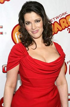Nigella Lawson the beautiful curvy celeb chef never apologizes for her sexy curves Nigella Lawson Age, Cristina Hendrix, Domestic Goddess, Sexy Older Women, Tv Presenters, Celebs, Celebrities, Sexy Curves, Gorgeous Women
