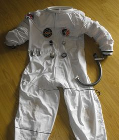 """We've got a costume party coming up and the theme is """"When I grow up, I want to be."""" so I thought of putting together a super low budget astronaut outfit. Astronaut Outfit, Astronaut Costume, Cosplay Diy, Cosplay Girls, Diy Costumes, Adult Costumes, Space Suit Costume, Bubble Boy, Maquillage Halloween"""