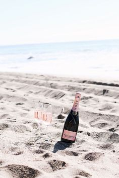 Summer Lover - Champagne on the beach Champagne Moet, Champagne Beach, Beach Please, Moet Chandon, Beach Picnic, Beach Bum, Pink Beach, Beach Waves, Summer Of Love